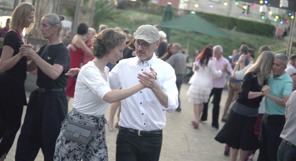 Die Autorin des Tango-Guide Berlin, Ulrike Wronski, beim Tanzen im Monbijoupark.