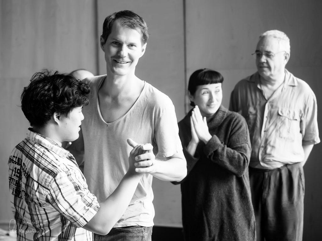 Thomas Rieser unterrichtet beim inklusiven Tangoprojekt Spreefeld Tango. Foto: Ule Mägdefrau